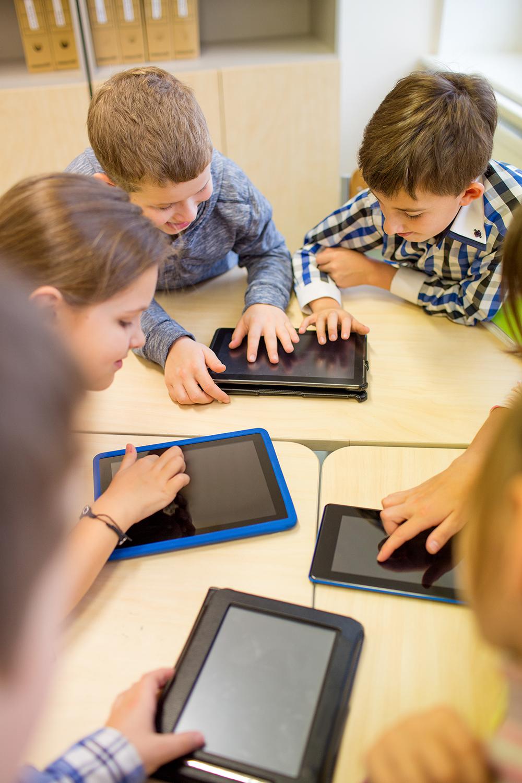 Niños Kreaty Kids con tabletas